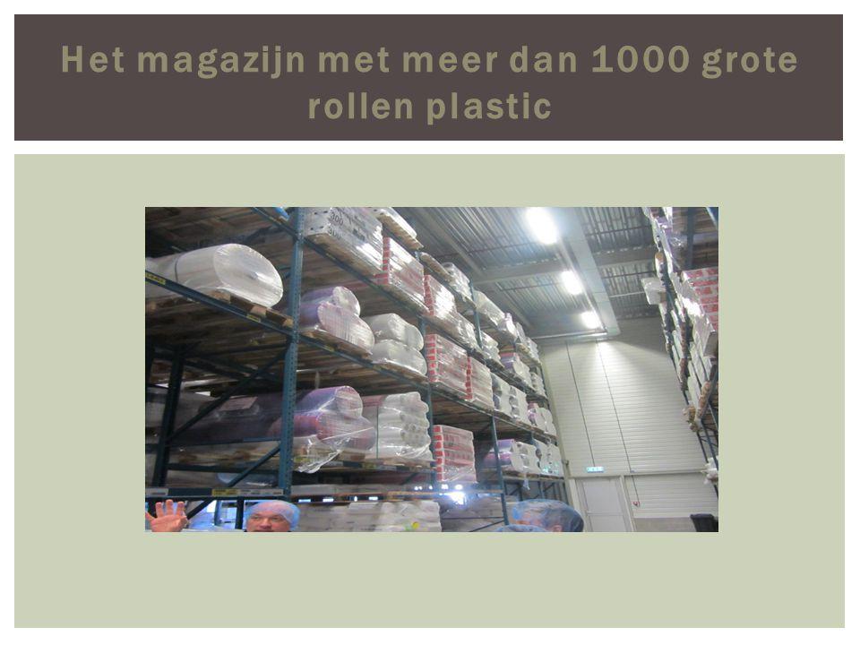 Het magazijn met meer dan 1000 grote rollen plastic