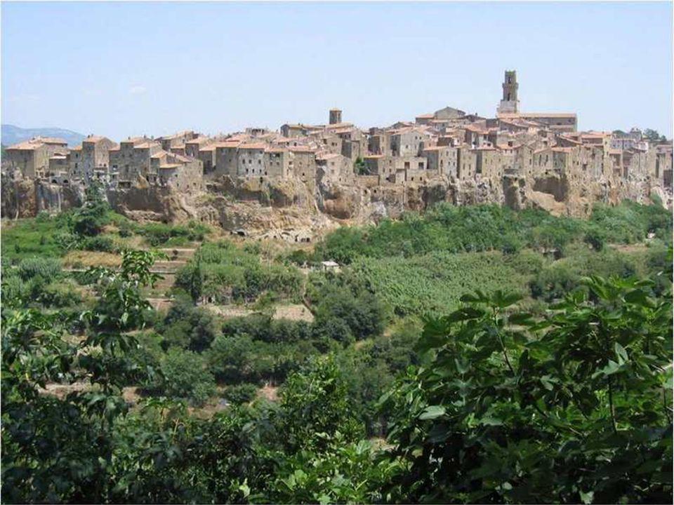 PITIGLIANO Deze stad torent spectaculair boven de kloven van de rivier Lente. Ze heeft de kenmerken van talrijke Etruskische dorpen en er zijn ook Rom