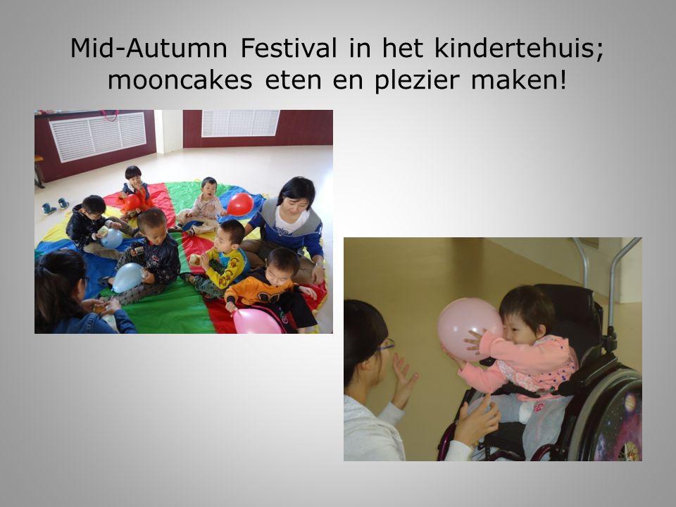 Mid-Autumn Festival in het kindertehuis; mooncakes eten en plezier maken!