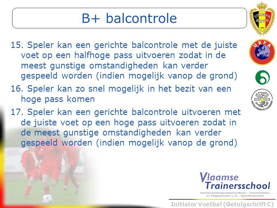 Initiator Voetbal (Getuigschrift C) B+ balcontrole 15. Speler kan een gerichte balcontrole met de juiste voet op een halfhoge pass uitvoeren zodat in