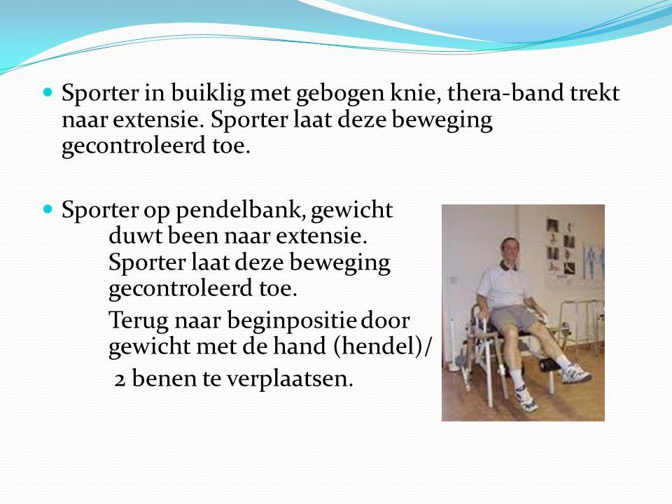 Sporter in buiklig met gebogen knie, thera-band trekt naar extensie. Sporter laat deze beweging gecontroleerd toe. Sporter op pendelbank, gewicht duwt