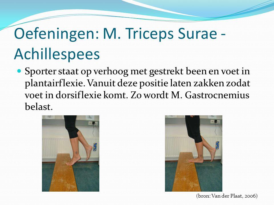 Oefeningen: M. Triceps Surae - Achillespees Sporter staat op verhoog met gestrekt been en voet in plantairflexie. Vanuit deze positie laten zakken zod