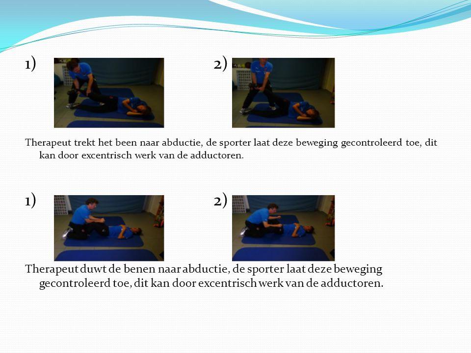 1)2) Therapeut trekt het been naar abductie, de sporter laat deze beweging gecontroleerd toe, dit kan door excentrisch werk van de adductoren. 1)2) Th