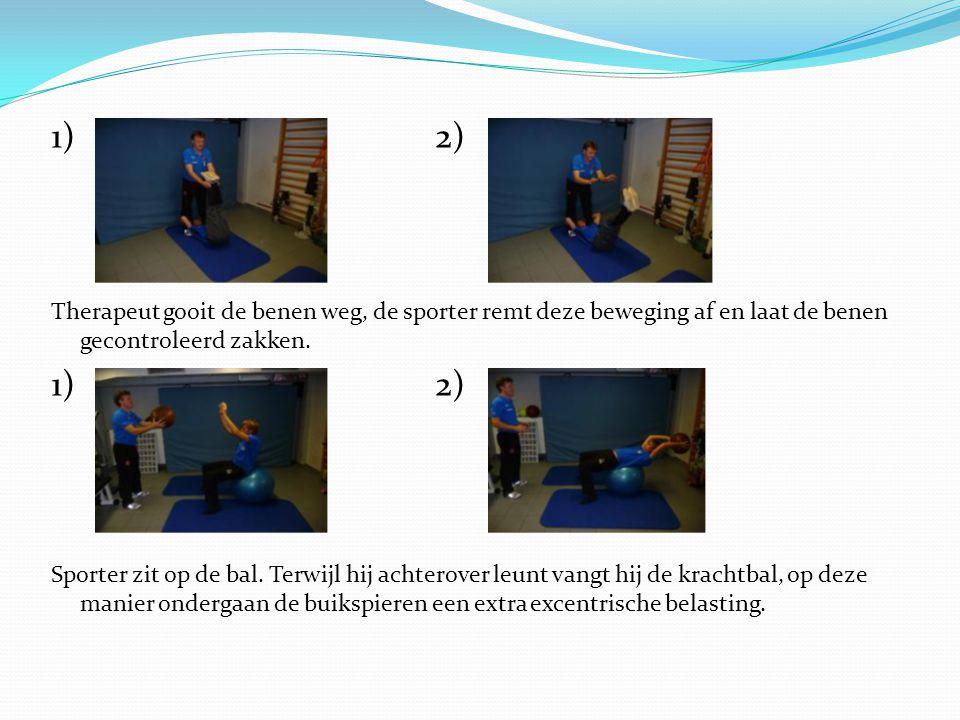 1)2) Therapeut gooit de benen weg, de sporter remt deze beweging af en laat de benen gecontroleerd zakken. 1)2) Sporter zit op de bal. Terwijl hij ach