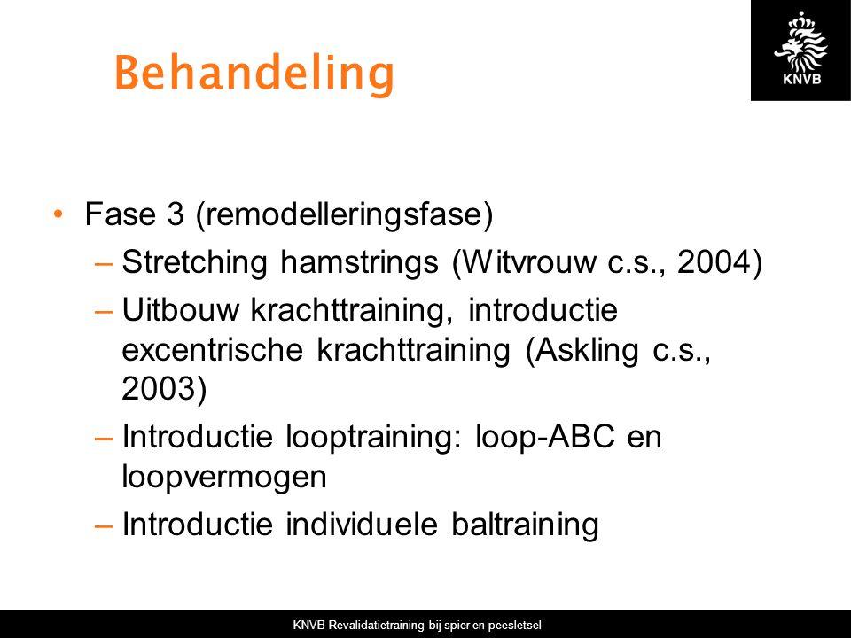 KNVB Revalidatietraining bij spier en peesletsel Behandeling Fase 3 (remodelleringsfase) –Stretching hamstrings (Witvrouw c.s., 2004) –Uitbouw krachtt
