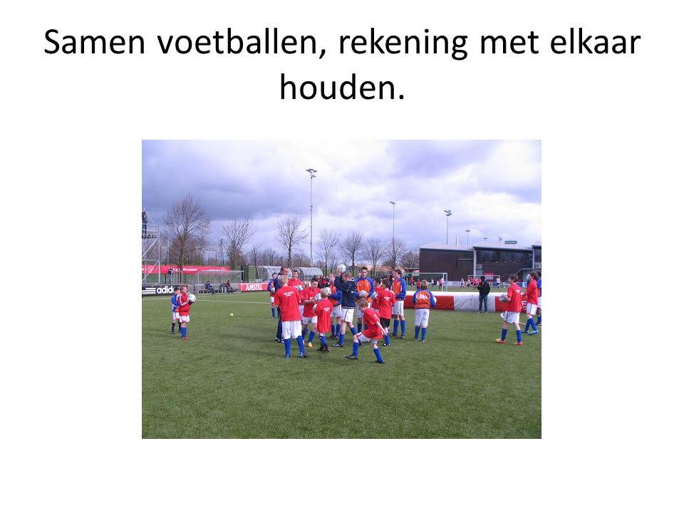 Samen voetballen, rekening met elkaar houden.