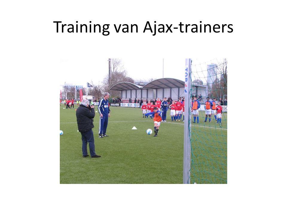 Het eigen voetbaltoernooi met scheidsrechter Erik Braamhaar