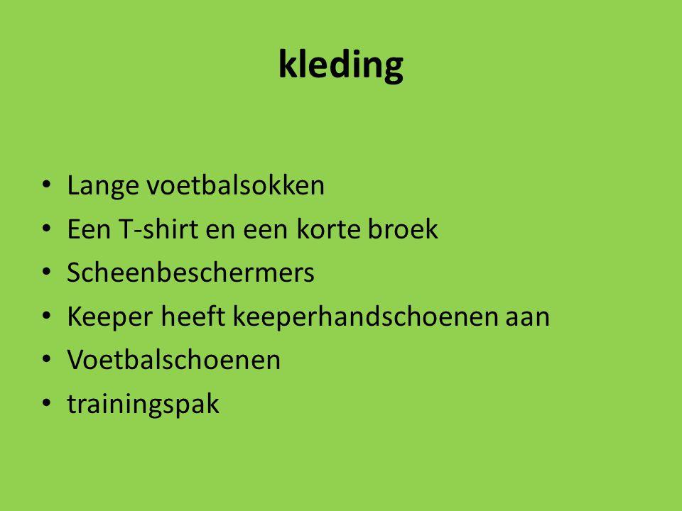 kleding Lange voetbalsokken Een T-shirt en een korte broek Scheenbeschermers Keeper heeft keeperhandschoenen aan Voetbalschoenen trainingspak