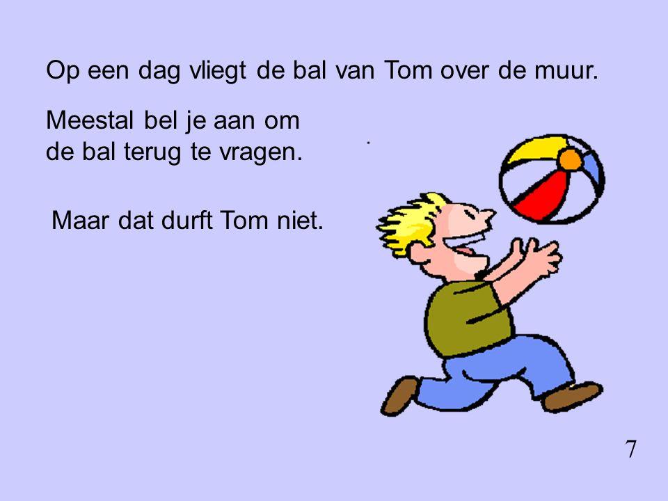 Op een dag vliegt de bal van Tom over de muur. Meestal bel je aan om de bal terug te vragen.