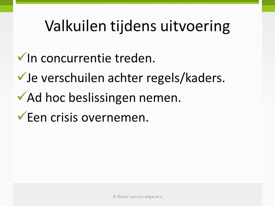 Valkuilen tijdens uitvoering In concurrentie treden. Je verschuilen achter regels/kaders. Ad hoc beslissingen nemen. Een crisis overnemen. © Boom Lemm