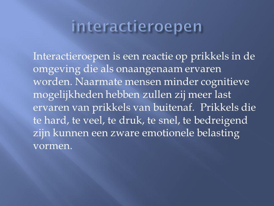 Interactieroepen is een reactie op prikkels in de omgeving die als onaangenaam ervaren worden. Naarmate mensen minder cognitieve mogelijkheden hebben