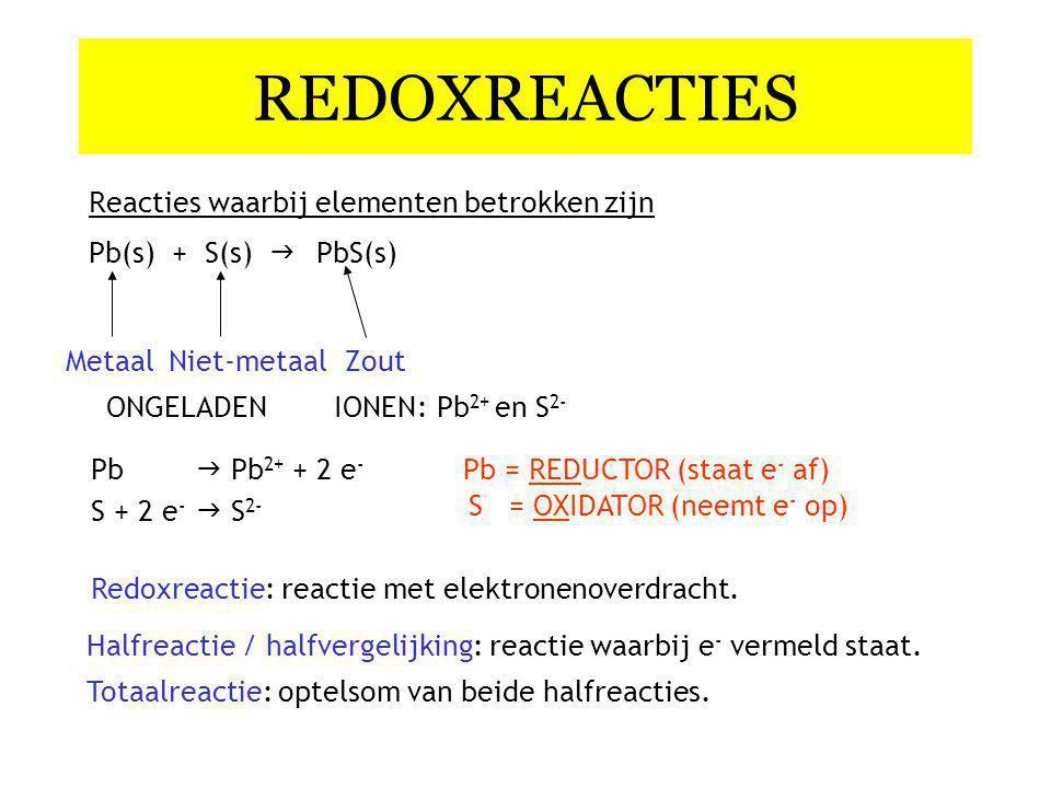 REDOXREACTIES Reacties waarbij elementen betrokken zijn Pb(s) + S(s)  PbS(s) Halfreactie / halfvergelijking: reactie waarbij e - vermeld staat.