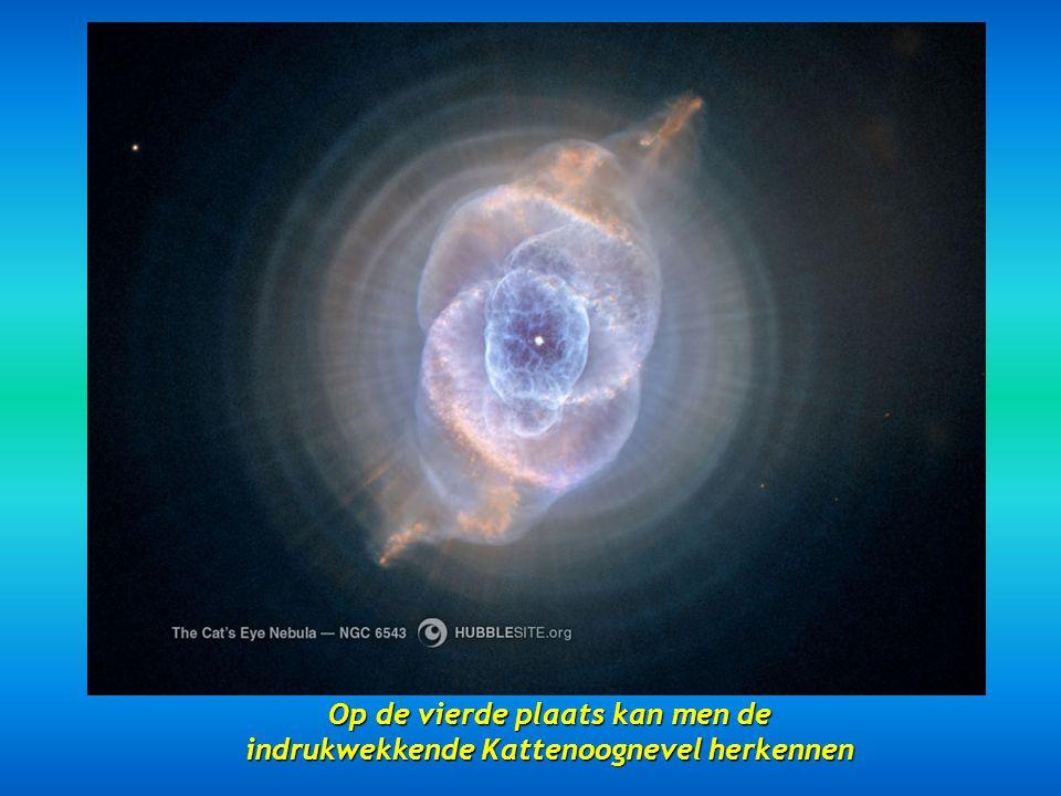 Op de derde plaats verschijnt de Eskimo Nevel NGC 2392 gesitueerd op 5000 lichtjaren Op de derde plaats verschijnt de Eskimo Nevel NGC 2392 gesitueerd