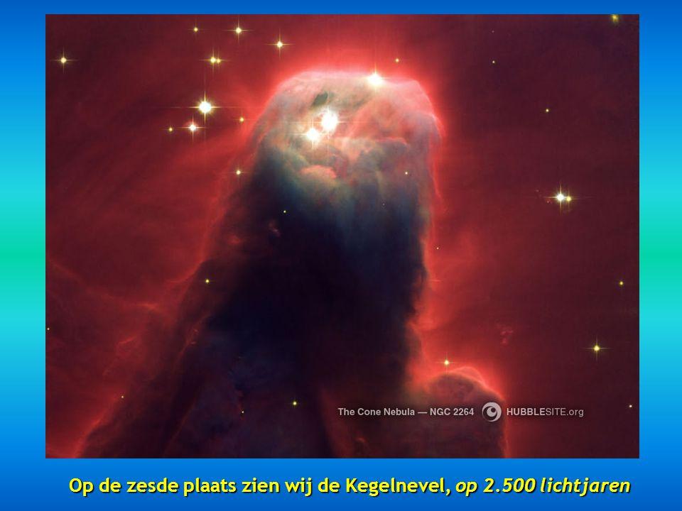 Ziehier op de vijfde plaats de Zandlopernevel gesitueerd op 8000 lichtjaren, een prachtige nevel met een vernauwing in het centrale deel.