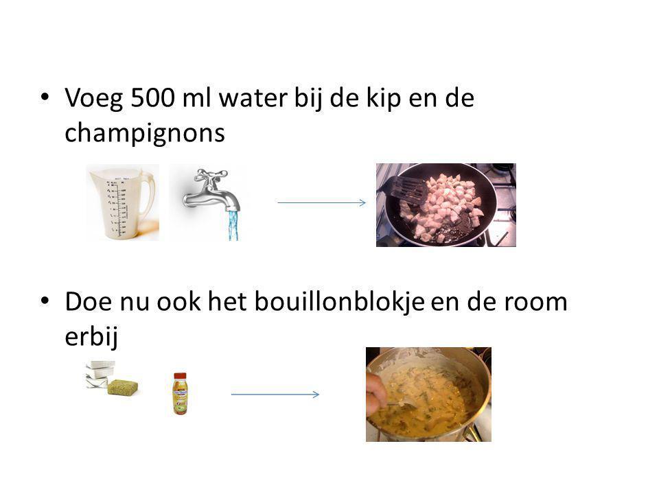 Voeg 500 ml water bij de kip en de champignons Doe nu ook het bouillonblokje en de room erbij
