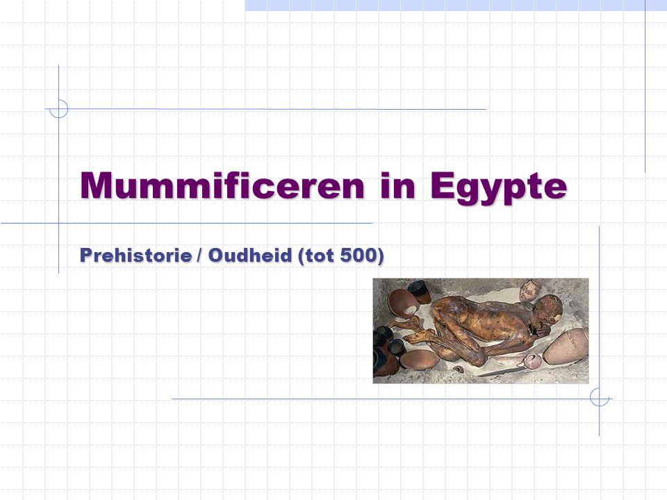 Begraven in het zand De Egyptenaren begraven hun doden eerst in kuilen in de woestijn.