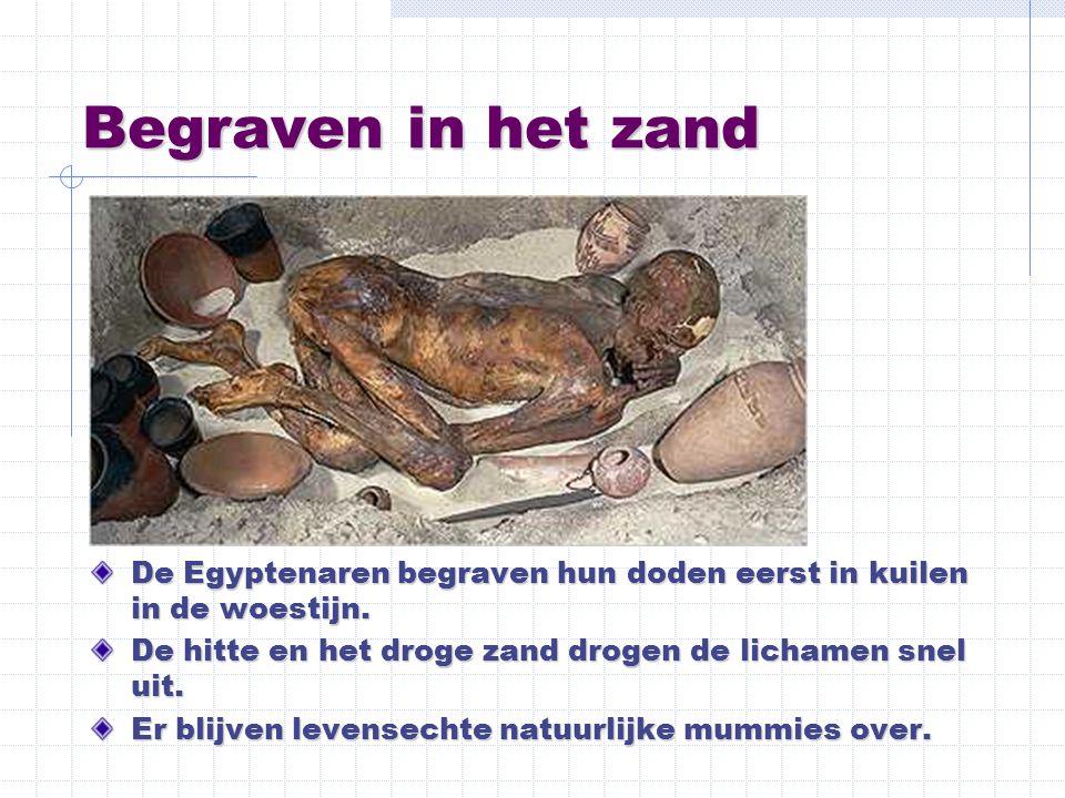 Begraven in een kist Later begraven de Egyptenaren hun doden in een kist om ze te beschermen tegen wilde dieren in de woestijn.