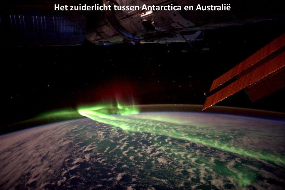 Ruimtevlucht met André Kuipers en kijken naar landen, zeeën, het luchtruim en nevels