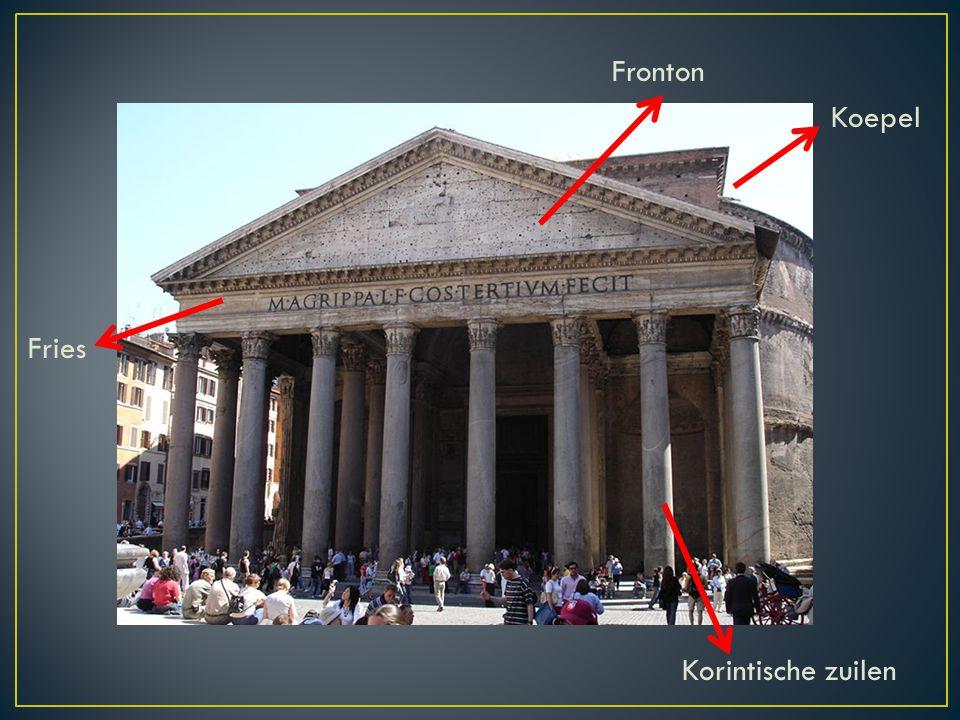 Fronton Koepel Fries Korintische zuilen