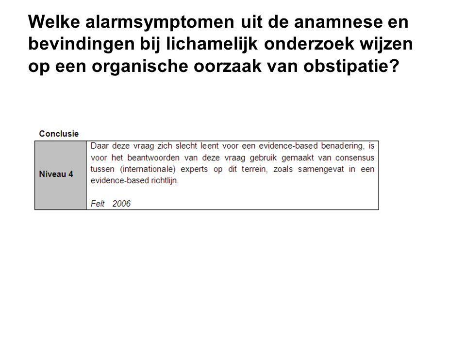 Welke alarmsymptomen uit de anamnese en bevindingen bij lichamelijk onderzoek wijzen op een organische oorzaak van obstipatie?