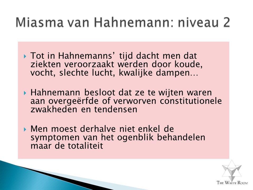  Tot in Hahnemanns' tijd dacht men dat ziekten veroorzaakt werden door koude, vocht, slechte lucht, kwalijke dampen…  Hahnemann besloot dat ze te wijten waren aan overgeërfde of verworven constitutionele zwakheden en tendensen  Men moest derhalve niet enkel de symptomen van het ogenblik behandelen maar de totaliteit
