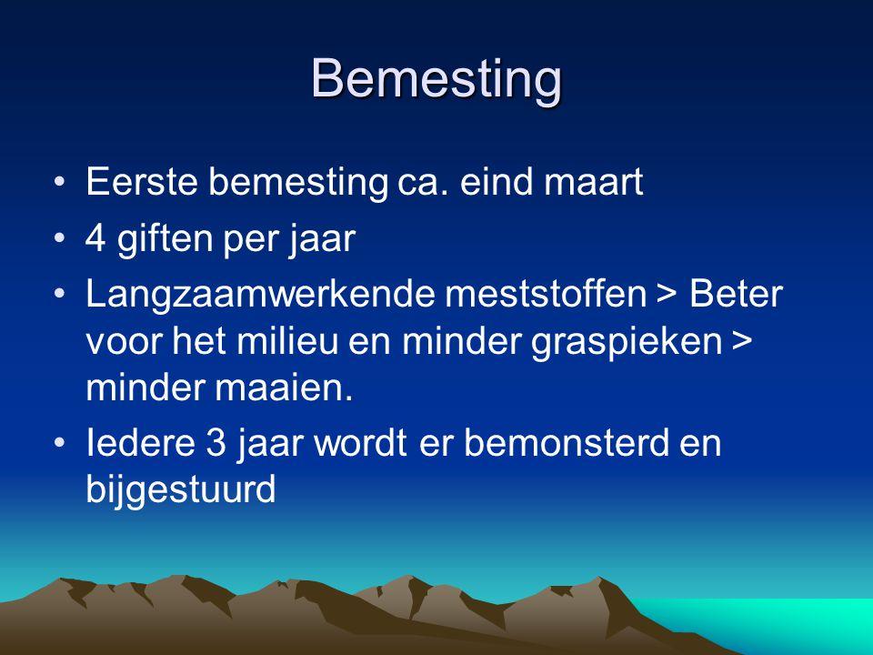 Bemesting Eerste bemesting ca. eind maart 4 giften per jaar Langzaamwerkende meststoffen > Beter voor het milieu en minder graspieken > minder maaien.