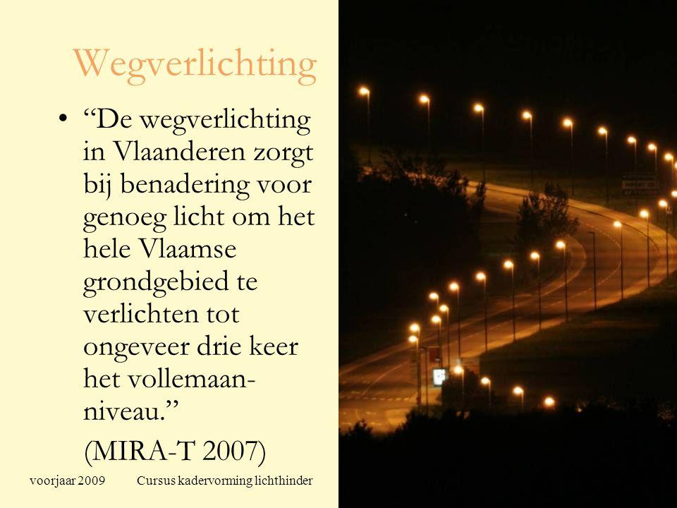 voorjaar 2009 Cursus kadervorming lichthinder 94 Wegverlichting De wegverlichting in Vlaanderen zorgt bij benadering voor genoeg licht om het hele Vlaamse grondgebied te verlichten tot ongeveer drie keer het vollemaan- niveau. (MIRA-T 2007)