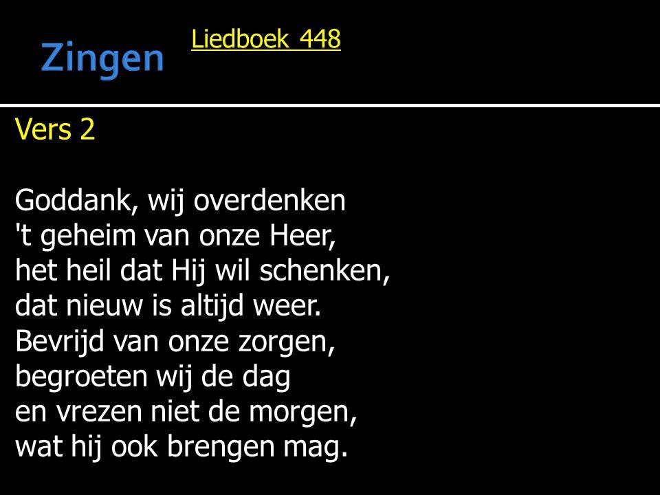 Liedboek 448 Vers 2 Goddank, wij overdenken 't geheim van onze Heer, het heil dat Hij wil schenken, dat nieuw is altijd weer. Bevrijd van onze zorgen,