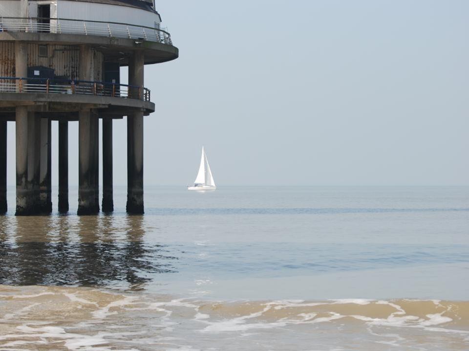Een zeilboot langs de pier