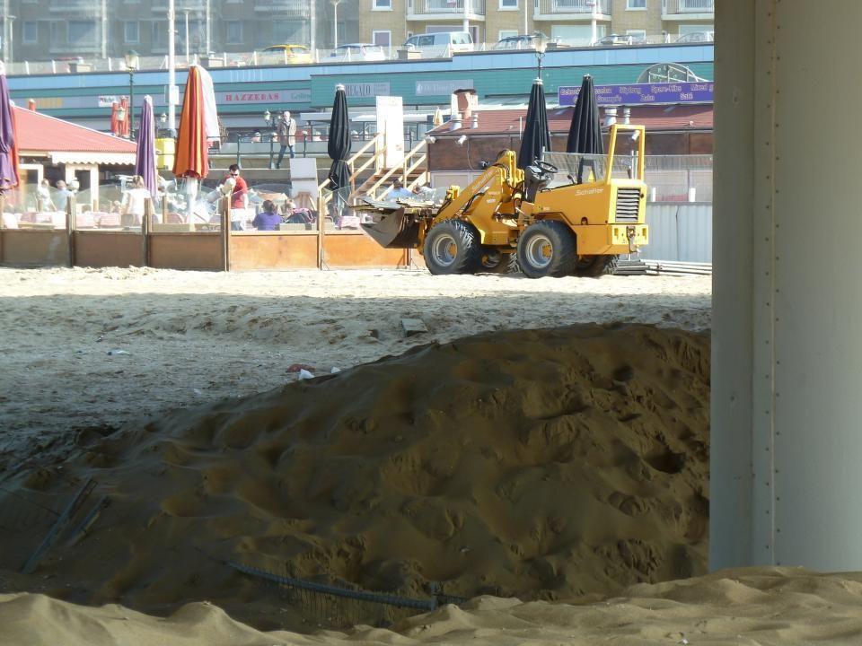 Het strand zijn ze nog steeds aan het ophogen