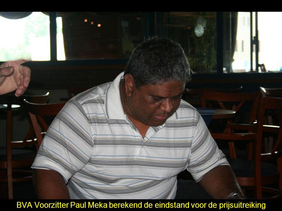 BVA Voorzitter Paul Meka berekend de eindstand voor de prijsuitreiking