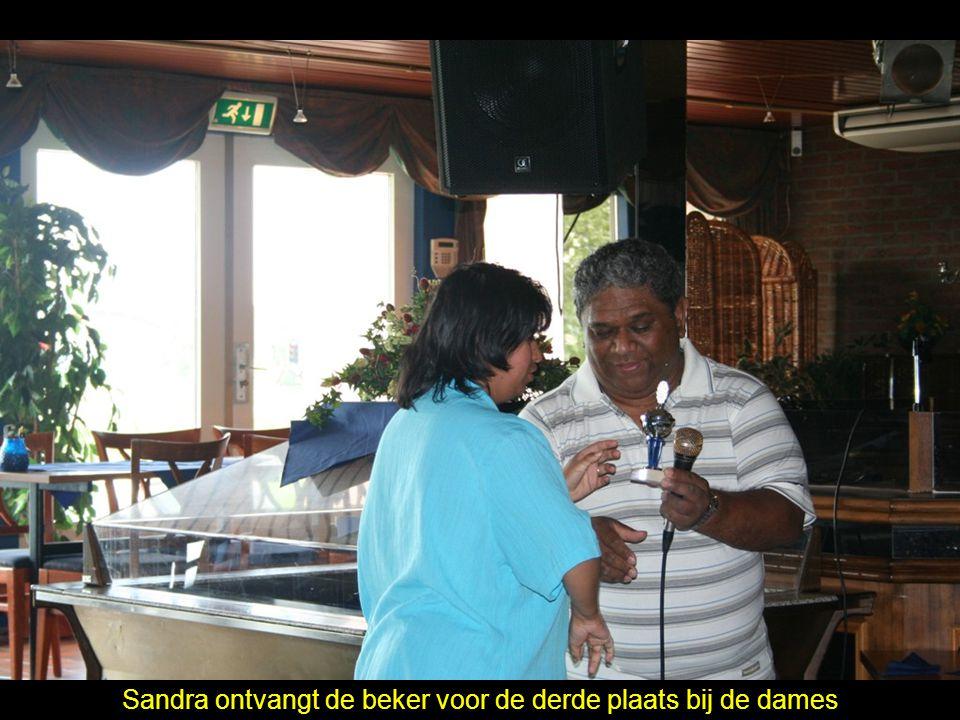 Sandra ontvangt de beker voor de derde plaats bij de dames
