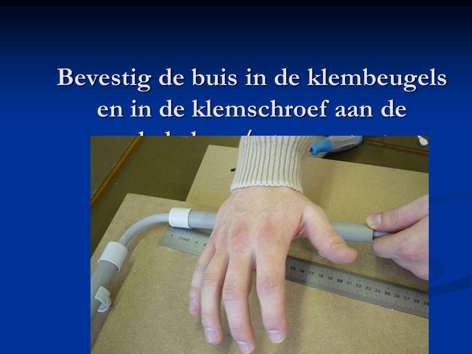 Bevestig de buis in de klembeugels en in de klemschroef aan de schakelaar / stopcontact