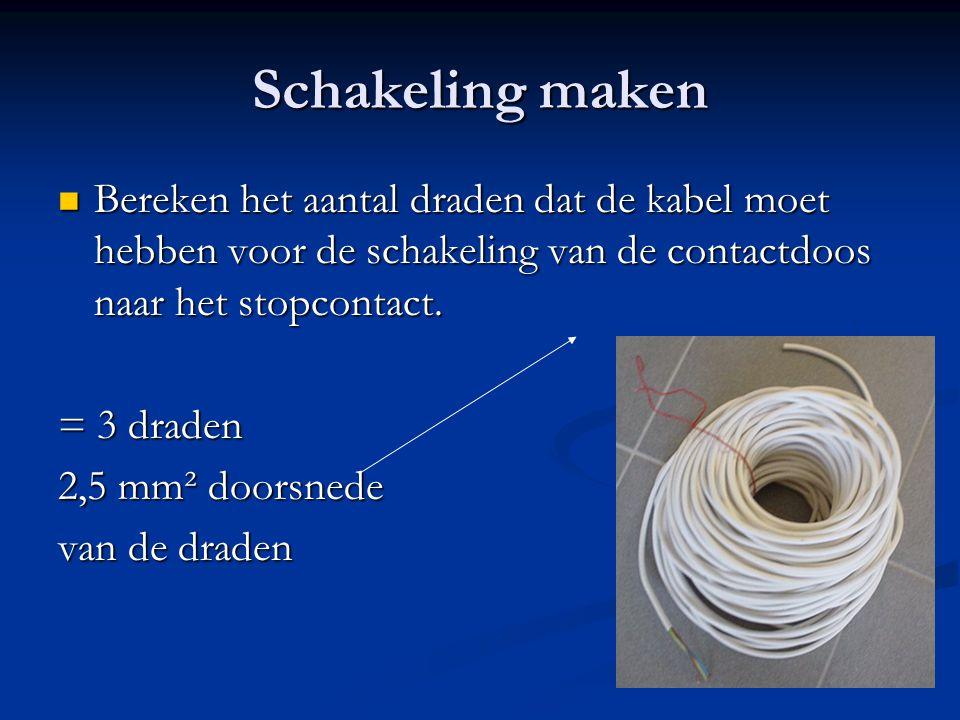 Schakeling maken Bereken het aantal draden dat de kabel moet hebben voor de schakeling van de contactdoos naar het stopcontact. Bereken het aantal dra