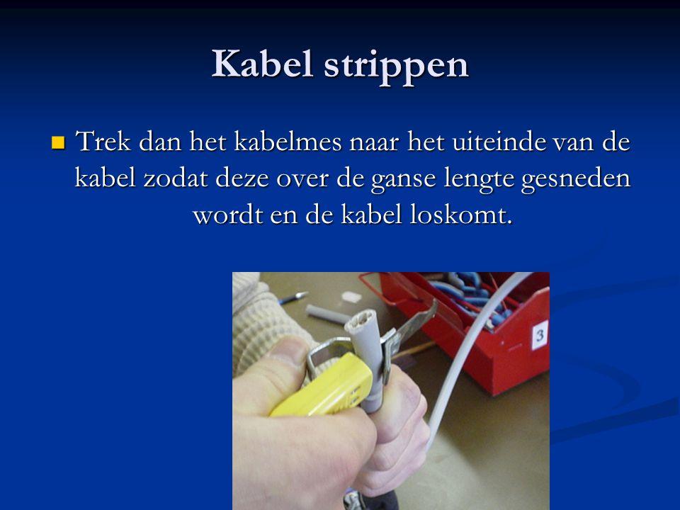 Kabel strippen Trek dan het kabelmes naar het uiteinde van de kabel zodat deze over de ganse lengte gesneden wordt en de kabel loskomt. Trek dan het k