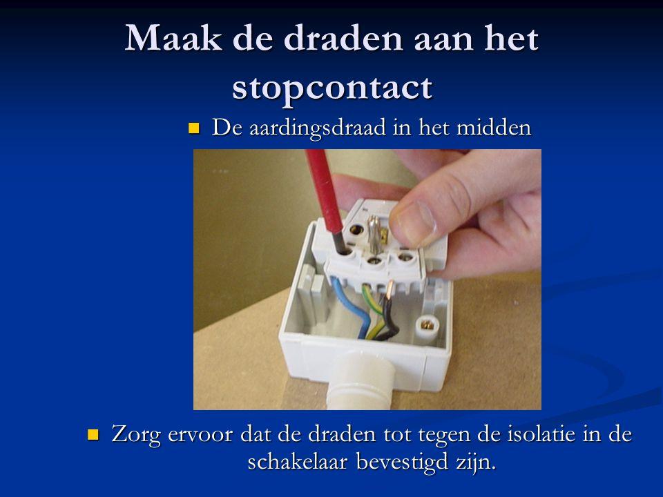 Maak de draden aan het stopcontact De aardingsdraad in het midden De aardingsdraad in het midden Zorg ervoor dat de draden tot tegen de isolatie in de