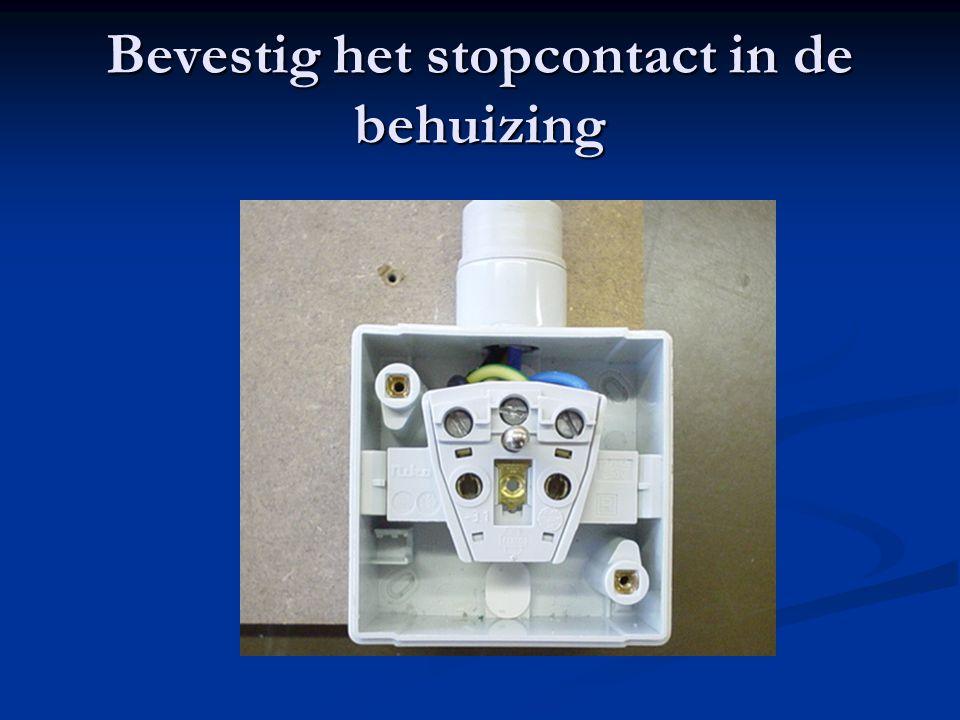 Bevestig het stopcontact in de behuizing