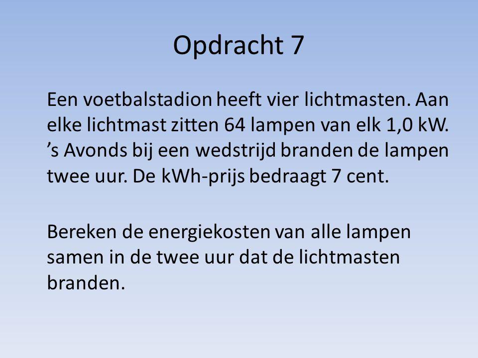 Opdracht 7 Een voetbalstadion heeft vier lichtmasten. Aan elke lichtmast zitten 64 lampen van elk 1,0 kW. 's Avonds bij een wedstrijd branden de lampe