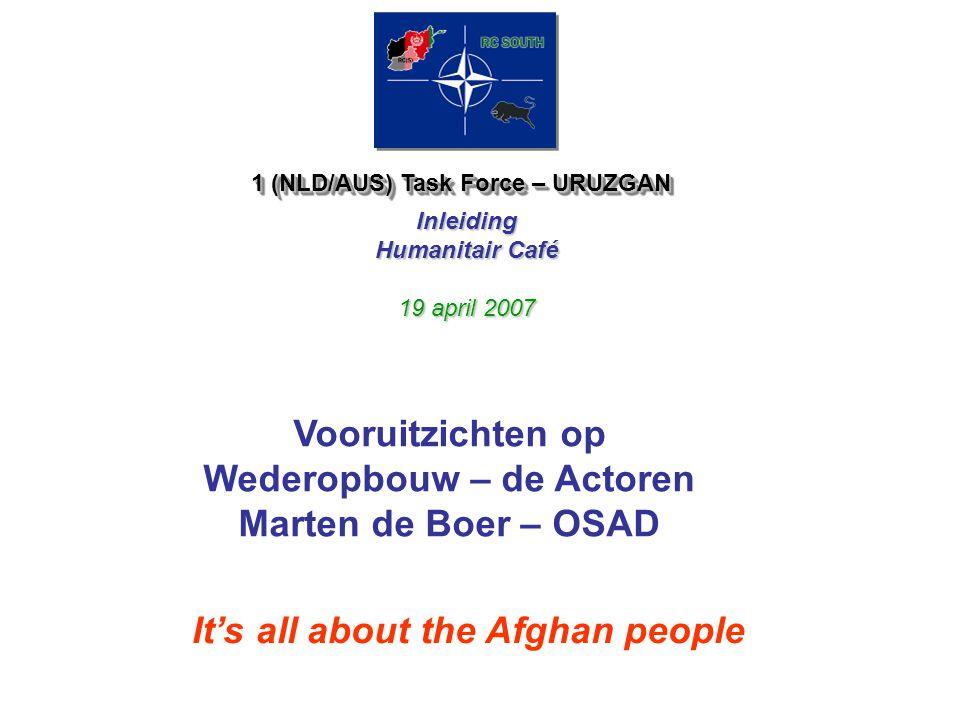 SPOOR 1 & 2 geintegreerde 3D benadering DEFENSIEDIPLOMATIEDEVELOPMENT SPOOR 1 (toeganke lijke gebieden) Ondersteuning van de Afghaanse veiligheidsorga nen (leger, politie) Officiele contacten met Afghaanse provinciale overheid, dorpsleiders en stamoudsten Duurzame, lange termijn ontwikkelingsprogramma's, met name nationale programma zoals, INGOs, lokale en nationale NGOs hinge CIMIC / Ontwikkelingsadviseurs SPOOR 2 (hoofdza- kelijk in minder toeganke- lijke gebieden) Commando troepen Informele contacten met invloedrijke leiders, stamoudsten, opinion leaders in de provincie -korte termijn activiteiten met direct zichtbare resultaten die bijdragen aan conflictoplossing en stabiliteit -steun aan en faciliteren van lokale vredesinitiatieven