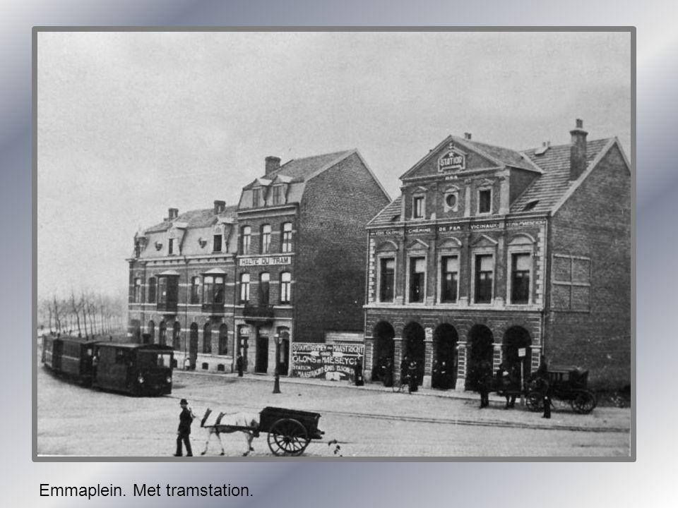 Emmaplein. Met tramstation.