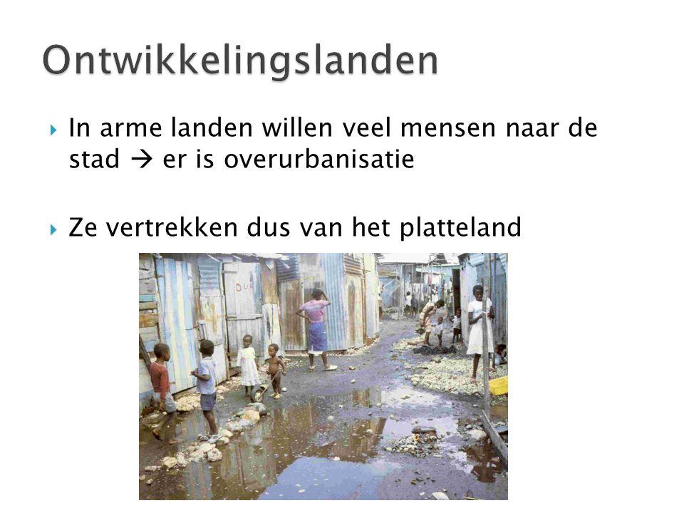  In arme landen willen veel mensen naar de stad  er is overurbanisatie  Ze vertrekken dus van het platteland