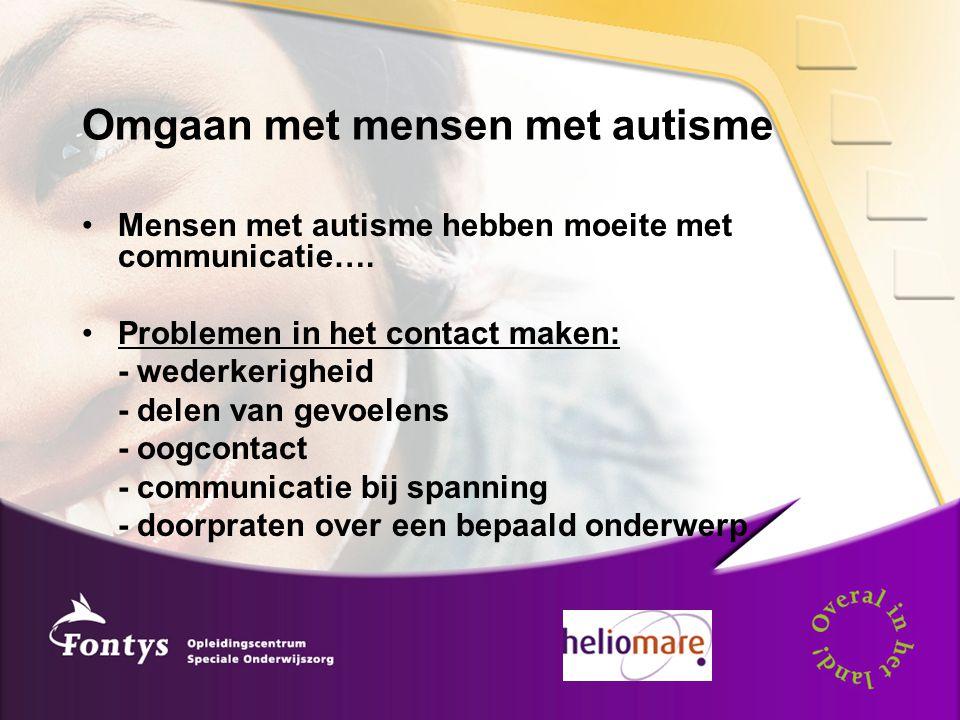 Omgaan met mensen met autisme Mensen met autisme hebben moeite met communicatie…. Problemen in het contact maken: - wederkerigheid - delen van gevoele