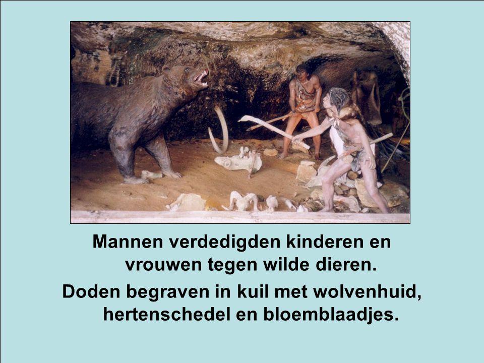 Mannen verdedigden kinderen en vrouwen tegen wilde dieren. Doden begraven in kuil met wolvenhuid, hertenschedel en bloemblaadjes.