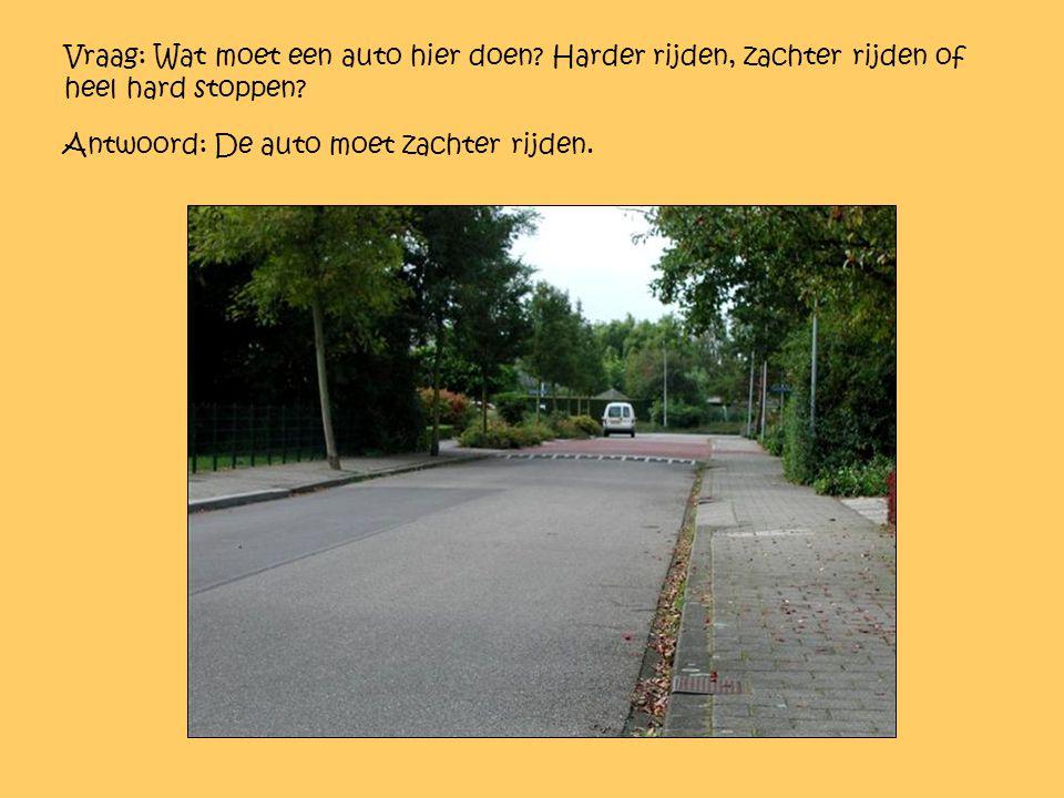 Vraag: Wat moet een auto hier doen? Harder rijden, zachter rijden of heel hard stoppen? Antwoord: De auto moet zachter rijden.