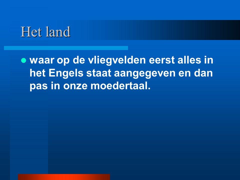 Het land waar op de vliegvelden eerst alles in het Engels staat aangegeven en dan pas in onze moedertaal.
