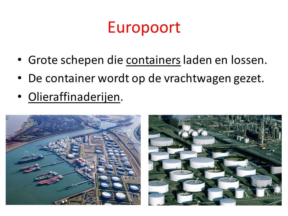 Europoort Grote schepen die containers laden en lossen. De container wordt op de vrachtwagen gezet. Olieraffinaderijen.
