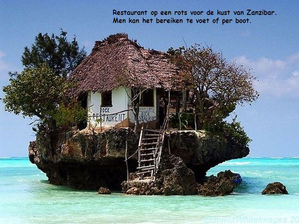 Restaurant op een rots voor de kust van Zanzibar. Men kan het bereiken te voet of per boot.