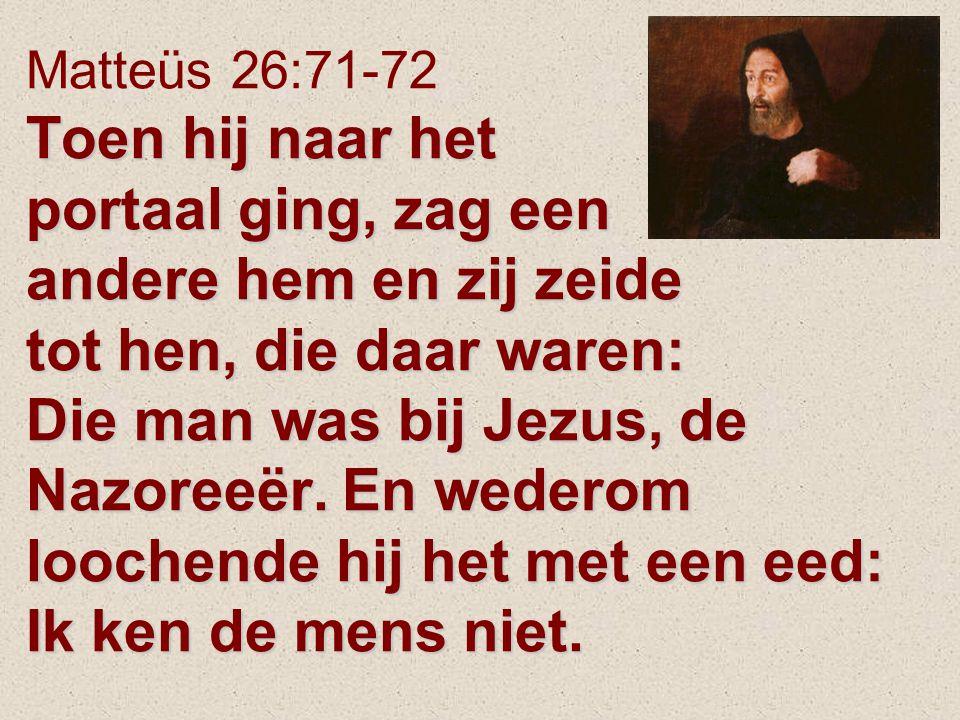 Toen hij naar het portaal ging, zag een andere hem en zij zeide tot hen, die daar waren: Die man was bij Jezus, de Nazoreeër. En wederom loochende hij