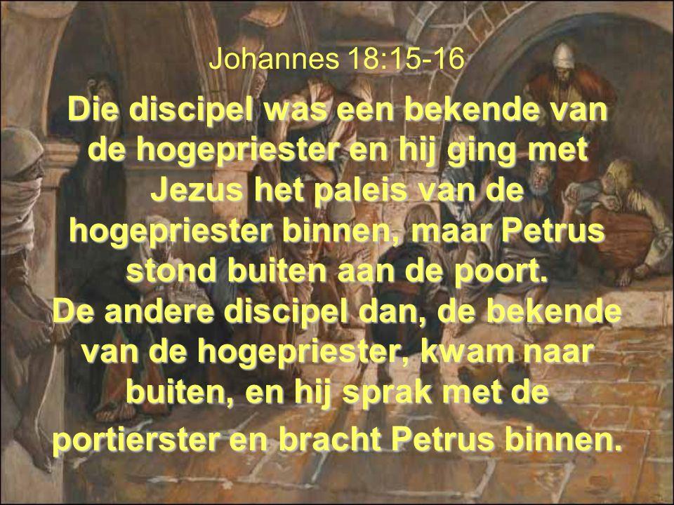 Die discipel was een bekende van de hogepriester en hij ging met Jezus het paleis van de hogepriester binnen, maar Petrus stond buiten aan de poort. D