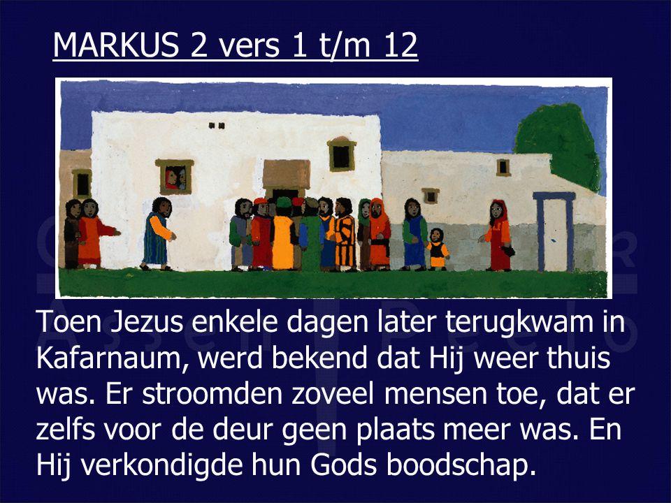 Toen Jezus enkele dagen later terugkwam in Kafarnaum, werd bekend dat Hij weer thuis was. Er stroomden zoveel mensen toe, dat er zelfs voor de deur ge
